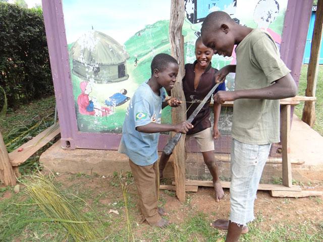 Kinder-bei-der-Besenherstellung-1.jpg