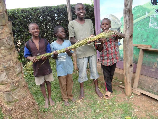 Kinder-bei-der-Besenherstellung-2.jpg